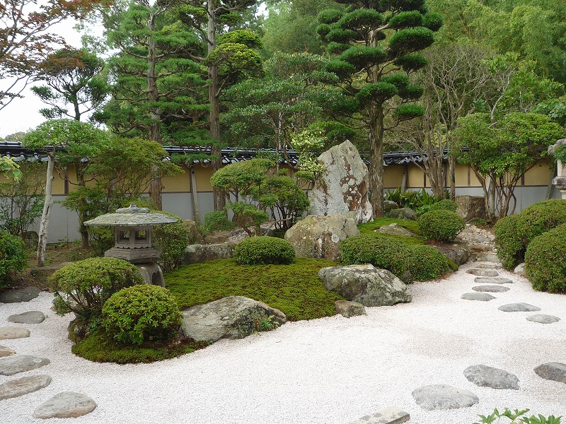 苔と砂利で落ち着いた和風庭園苔...